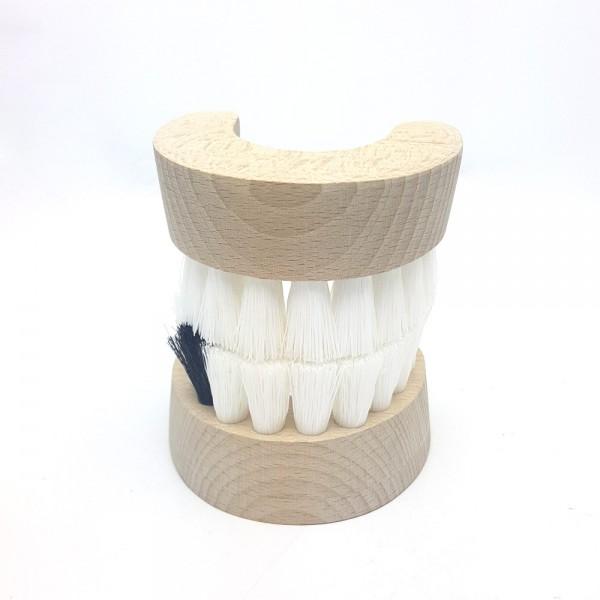 Gebiss mit schwarzem Zahn